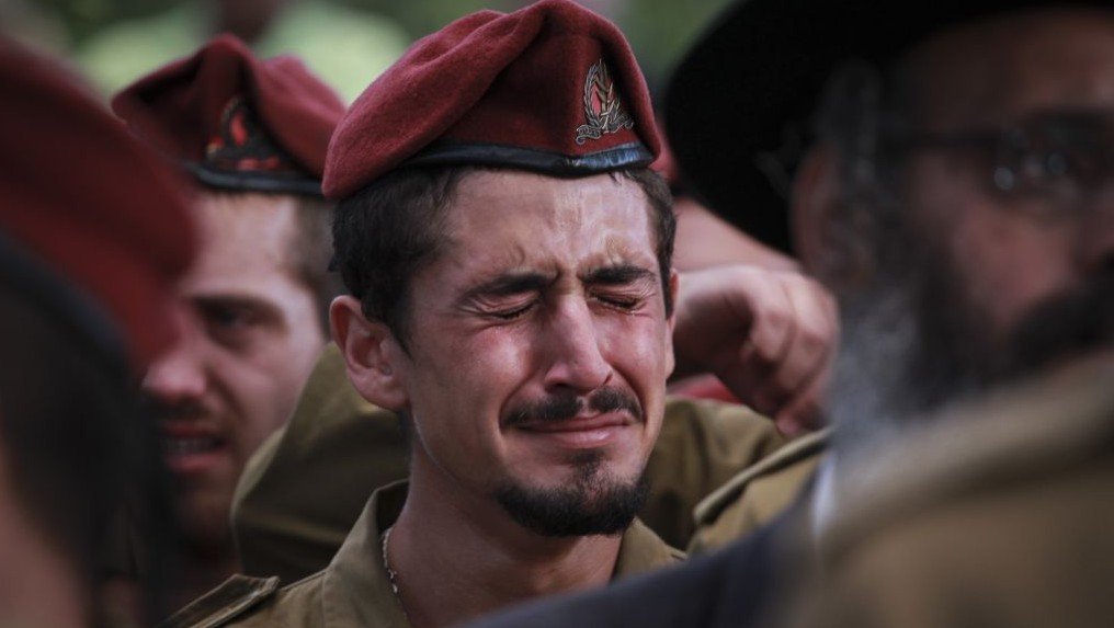 IDF soldiers mourning at the funeral of Sergeant Benaya Rubel, at the Holon Military Cemetery on July 20, 2014. The 20 year old paratrooper was killed by Hamas gunmen in Gaza on the second day of Operation Protective Edge. (Photo credit: Hadas Parush/Flash90)